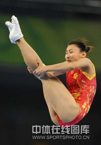 图文-中国选手何雯娜夺得女子蹦床冠军 完美的动作