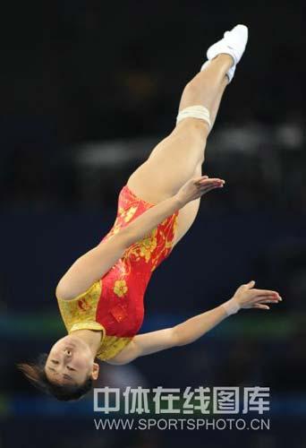 图文-中国选手何雯娜夺得女子蹦床冠军 精彩的转身
