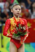 图文-奥运体操女子高低杠决赛 国旗为何可欣升起