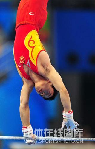 图文-体操单杠决赛上演 邹凯完成转身