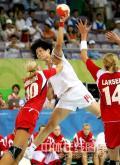 图文-[女子手球]中国23-30挪威 14号不惧拦截