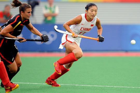 图文-女子曲棍球中国队晋级决赛 李红侠比赛中拼抢