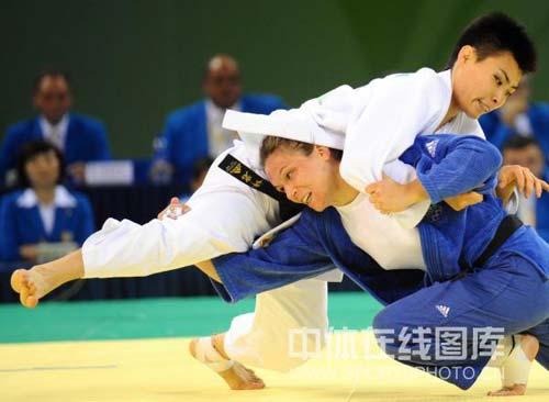 图文-女子柔道57公斤级许岩夺得铜牌 特别的摔法