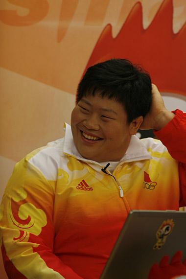 图文-奥运柔道冠军佟文做客新浪 佟文露出可爱一面
