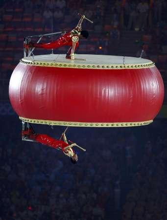 图文-北京奥运会闭幕式现场 巨鼓上的高难度表演