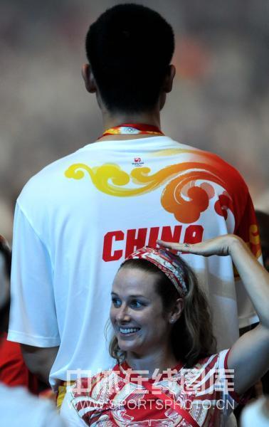 图文-奥运闭幕式姚明成焦点 换一边再比比