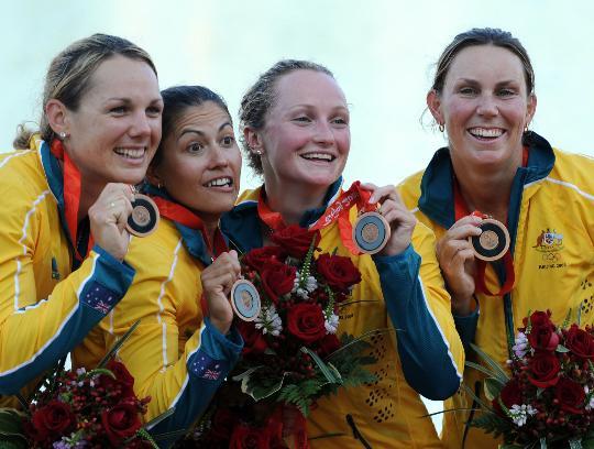 图文-女子四人皮艇500米颁奖 澳大利亚队庆祝
