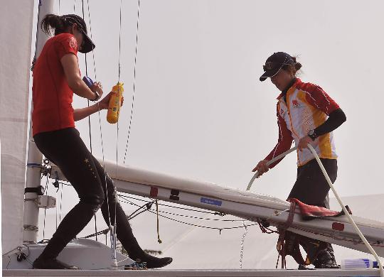 图文-帆船队平和心态出战奥帆赛 两位队员冲刷船体