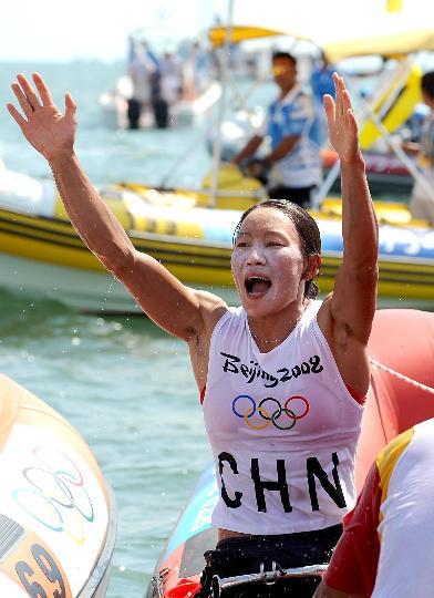 图文-中国选手殷剑获女子帆板冠军 向观众致意