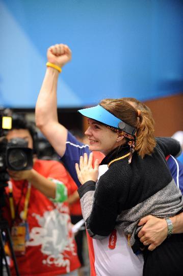 图文-埃蒙斯夺得北京奥运首金 埃蒙斯很高兴