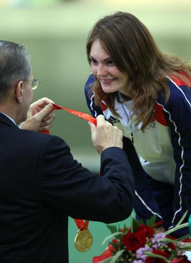 图文-女子10米气步枪颁奖仪式 罗格为埃蒙斯颁奖