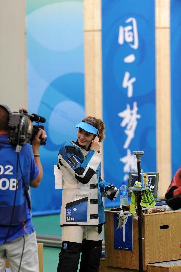 图文-埃蒙斯夺得北京奥运首金 最高兴的时刻