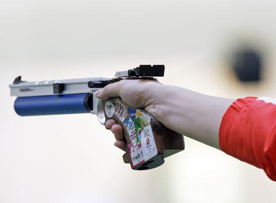 图文-男子10米气手枪庞伟夺金 看看谁才是神枪手