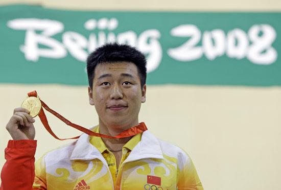 图文-男子10米气手枪庞伟夺金 庞伟展示奥运金牌