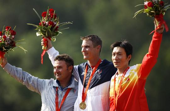 图文-男子飞碟双多向颁奖 选手在领奖台上合影