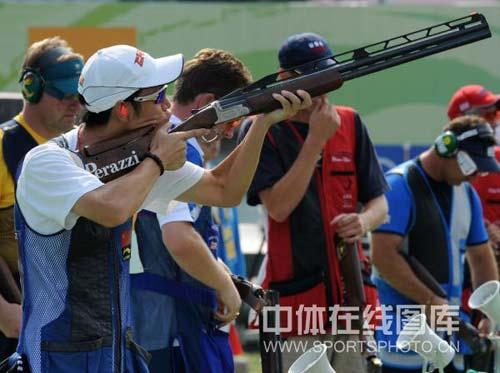 图文-男子飞碟双多向美名将破纪录摘金 瞄准目标发枪