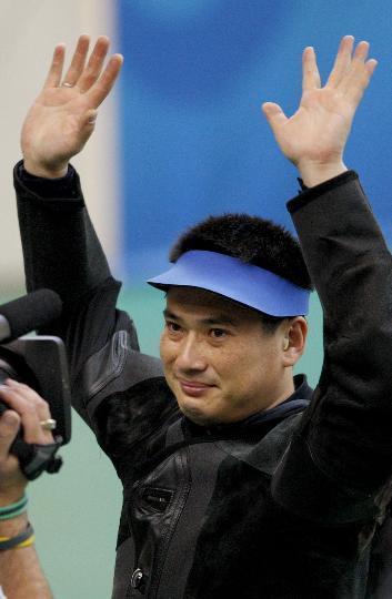 图文-50米步枪三姿赛邱健夺冠 邱健高举双手致意