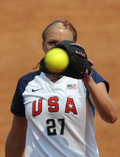 图文-奥运女子垒球中国负美国 珍妮-芬奇在比赛中