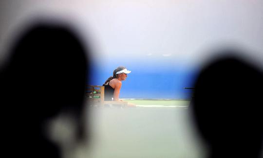 图文-中外网球选手备战奥运 汉图楚娃训练间隙休息