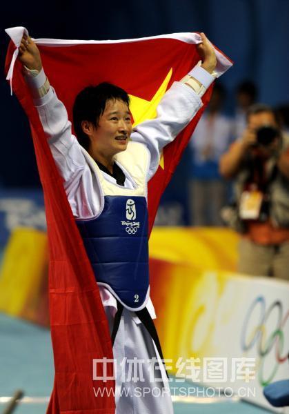 图文-跆拳道女子49公斤级决赛 吴静钰高举国旗