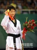 图文-跆拳道女子49公斤级 吴静钰展示金牌