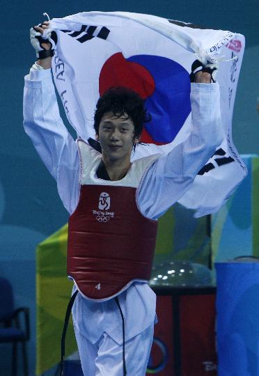 图文-跆拳道男子68公斤级 孙泰珍挥舞国旗