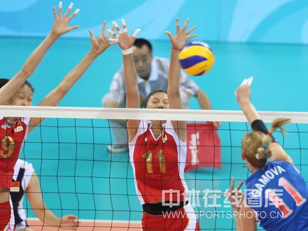 图文-女子排球1/4决赛打响 全力阻击对手扣球