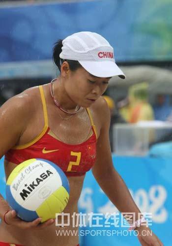 图文-奥运女子沙滩排球决赛赛况 准备发球强攻