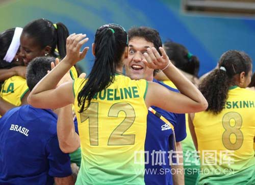 图文-奥运女排半决赛中国负巴西 和教练庆祝