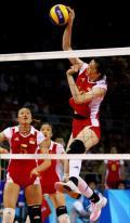 图文-女排半决赛中国0-3巴西 薛明扣球全力以赴