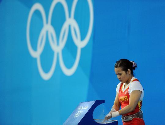 图文-举重女子48公斤级决赛 陈燮霞先稳定心绪