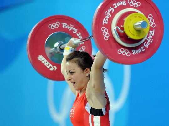 图文-女子举重48公斤级决赛 土耳其厄兹坎