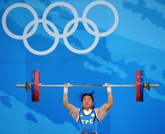 图文-中华台北选手获铜牌 陈苇绫在比赛中试举