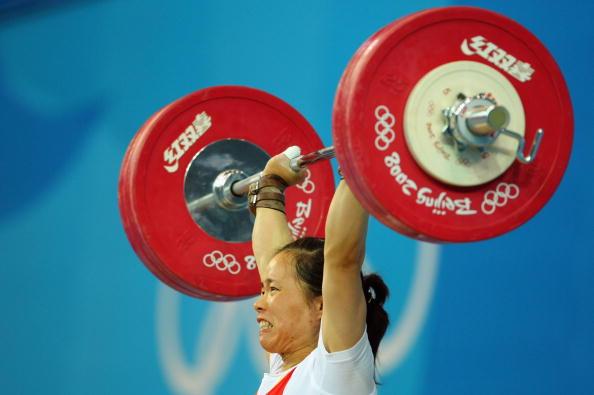 图文-女子举重58公斤级比赛 陈艳青顶住压力