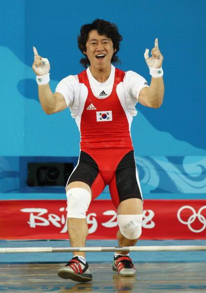 图文-男子举重62公斤级比赛 韩国选手庆祝成功