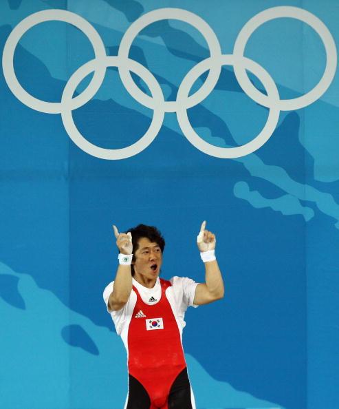 图文-男子举重62公斤级比赛 韩国选手兴高采烈