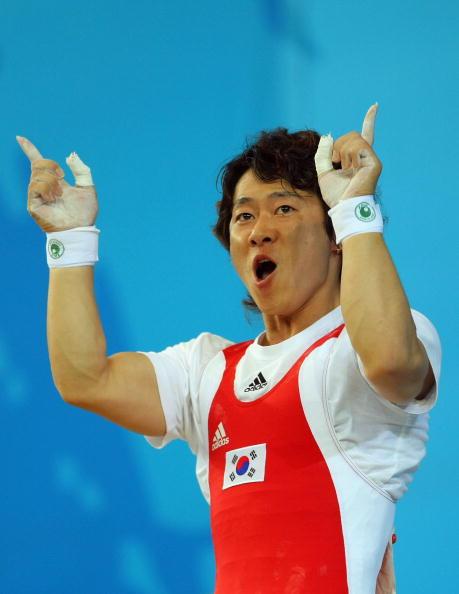 图文-男子举重62公斤级比赛 韩国选手信心十足