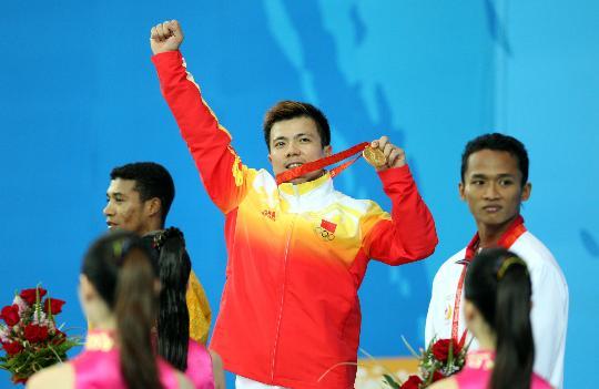 图文-中国选手张湘祥获得金牌 领奖台上豪情万丈
