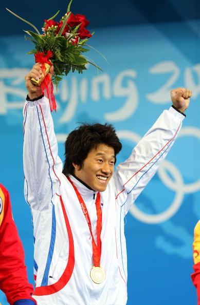 图文-举重77公斤级李宏利摘得银牌 开心的冠军