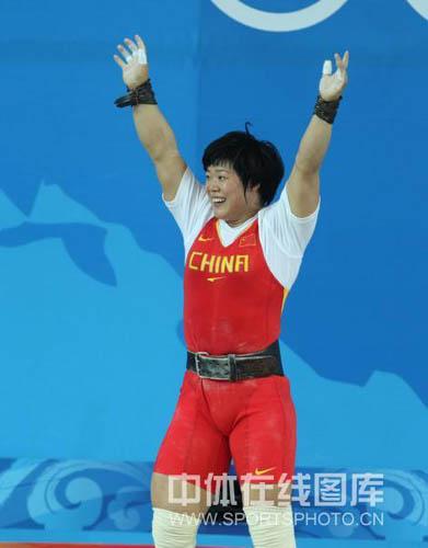 图文-刘春红六举五破纪录夺金 拿下金牌高举双臂