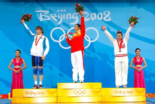 图文-女子举重75公斤级决赛 曹磊在领奖最高点