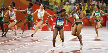 Photo: OMG, USA drop baton during women's 4x100m
