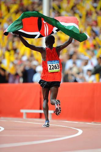Keniano Samuel Kamau Wansiru gana oro en maratón