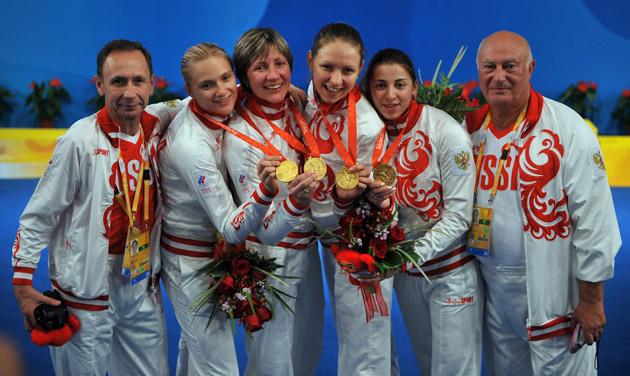 图文-[奥运]击剑女子花剑团体 俄罗斯姑娘展示金牌