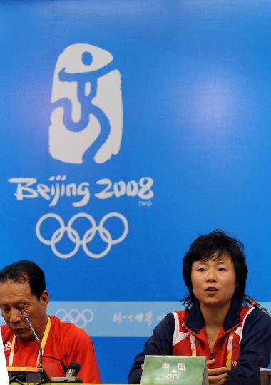 图文-奥运女足中国2-1瑞典 商瑞华和徐媛出席发布会
