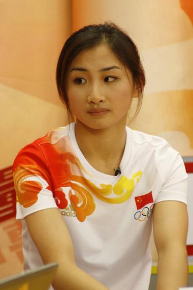 图文-中国蹦床队做客新浪 场下的何雯娜显文静