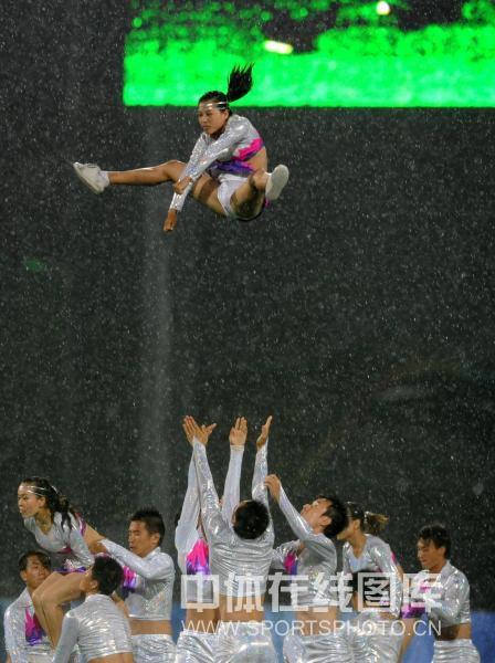 图文-曲棍球女子预赛 啦啦队高难度演出助威