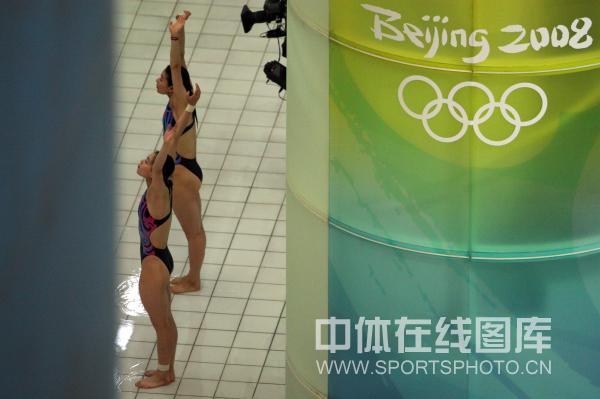图文-奥运会女子双人3米板决赛 做好准备活动