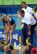 图文-奥运会11日女子水球赛况 教练抽空布置战术