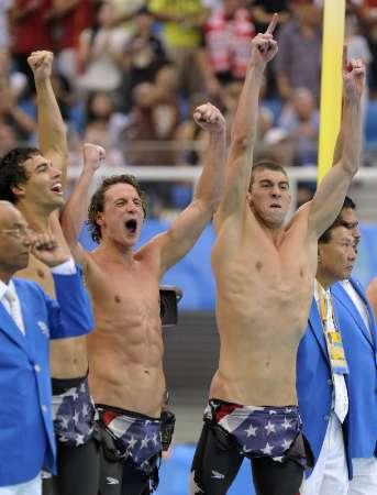 图文-4X200自由泳接力美国夺冠 菲尔普斯兴奋不已